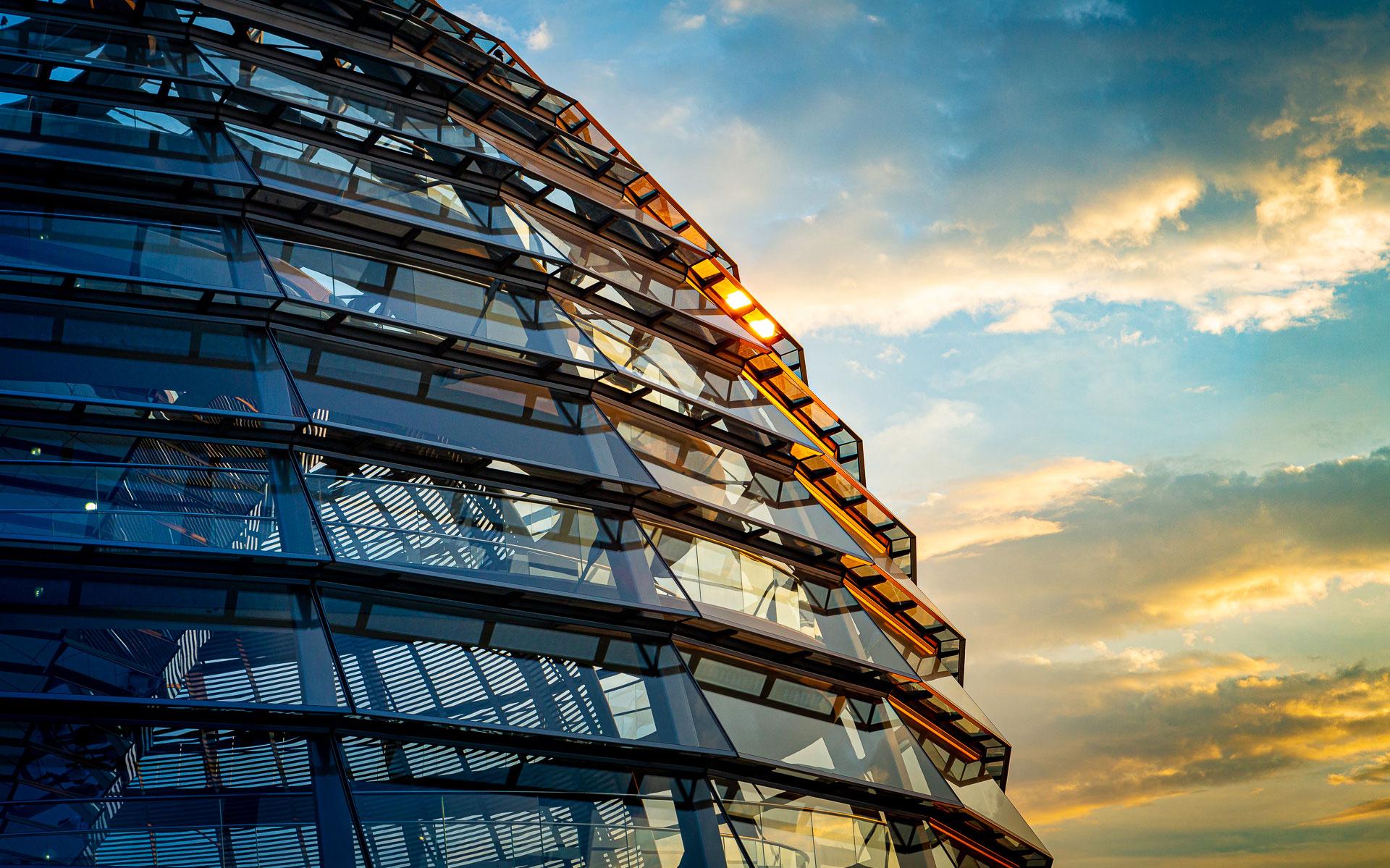 berlin-reichstag-kuppel-detail-am-abend-menschenleer-kalt-warm
